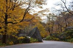山的弯曲道路对走私贩山谷 免版税库存图片