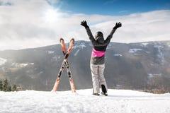 山的愉快的女子滑雪者与滑雪,高山 免版税库存照片