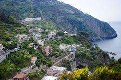 山的意大利村庄与海岸线 免版税库存照片