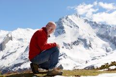 山的成熟人远足者 库存图片