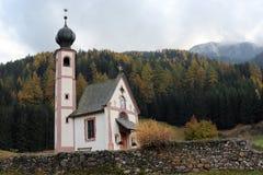 山的教会-意大利 免版税库存图片