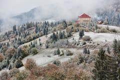 山的旅馆 雪和雾 冬天来 免版税库存图片