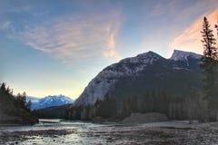山的早晨日出在班夫 免版税库存照片