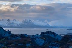 山的晚上视图在Lofoten的 免版税库存图片