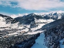 山的暗藏的滑雪镇 免版税库存照片