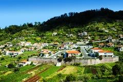 山的村庄在马德拉岛的海岛的北部 免版税库存图片