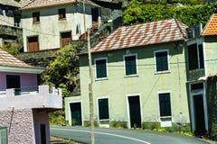 山的村庄在马德拉岛的海岛的北部 库存图片