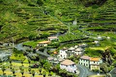 山的村庄在马德拉岛的海岛的北部 库存照片
