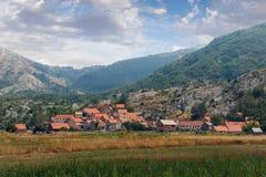 山的村庄 黑山 免版税库存照片