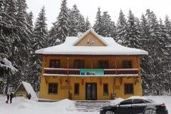 山的林务员的房子 湖Synevir 图库摄影