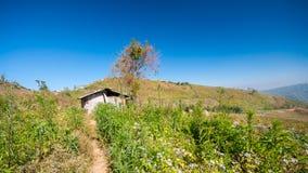 山的棚子与蓝天 库存图片