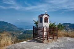 山的正统教堂在希腊海岛上 免版税库存照片