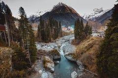 山的河秋天 库存图片