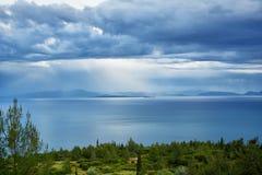 从山的海岸视图 库存图片
