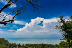 从山的海视图与多云天空 免版税库存图片