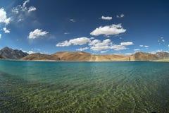 山的湖用透明水 免版税库存照片