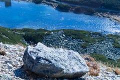 山的湖 与一座小山和湖的美好的山风景 免版税库存照片