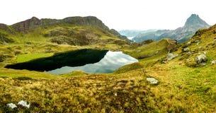 山的湖 免版税库存照片