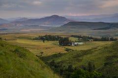 山的激动人心的景色在德肯斯伯格,南非, 免版税图库摄影
