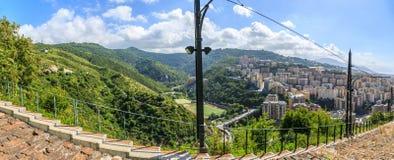 从山的热那亚老市视图 库存图片