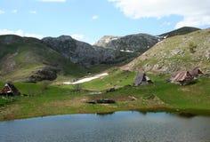 山的牧人村庄 库存图片