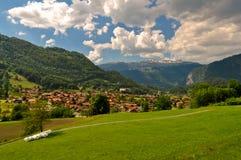 山的瑞士村庄 库存照片