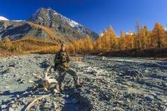 山的男性旅客 免版税库存图片