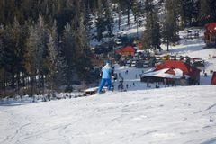 山的男性freeride滑雪者 免版税库存照片