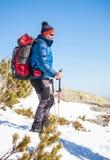 山的登山人在冬天 免版税库存照片