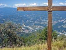 山的看法与下来在村庄巴尼迪卢卡下在意大利 免版税图库摄影