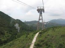 山的看法从昂坪空中览绳,大屿山,香港的 免版税库存照片