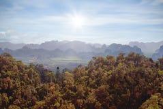 从山的看法在一个有雾的早晨 免版税库存照片