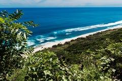 从山的看法在一个狂放的海滩 免版税库存图片