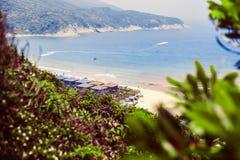 从山的看法在海滩和海湾的灌木外面沿着山 免版税库存图片