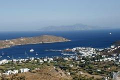 从山的看法在美丽的海湾 库存图片