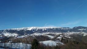 山的看法在雪季节的 库存照片