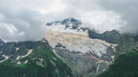 山的看法在Dombay,北高加索俄罗斯 库存照片