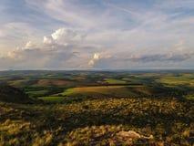 山的看法横跨天际的在Carrancas市附近在巴西 免版税库存图片
