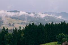 从山的看法 油的薄雾的上面 moutains的农场 免版税库存照片