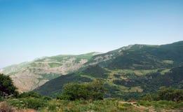 山的看法从Vorotan河的深峡谷的边缘的 免版税库存图片
