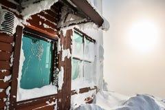 山的积雪的房子在降雪以后 免版税库存照片