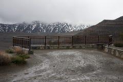 山的空的观察台 多暴风雨的天气,低克洛 库存照片