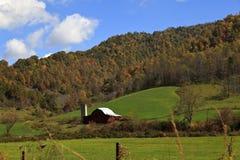 山的红色谷仓 库存图片