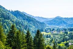 山的美丽如画的村庄 图库摄影