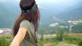 山的美丽的愉快的少妇在雾背景中  股票视频
