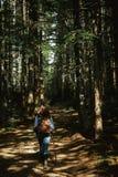 山的美丽的愉快的时髦的旅行的女孩在bac 图库摄影