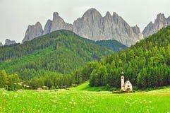 山的美丽的教堂 库存照片