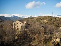 山的老孤立房子 免版税图库摄影
