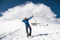 山的背包徒步旅行者假装射击在棍子的例子的箭头北欧走的 免版税图库摄影