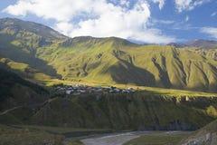 山的脚的村庄 库存照片